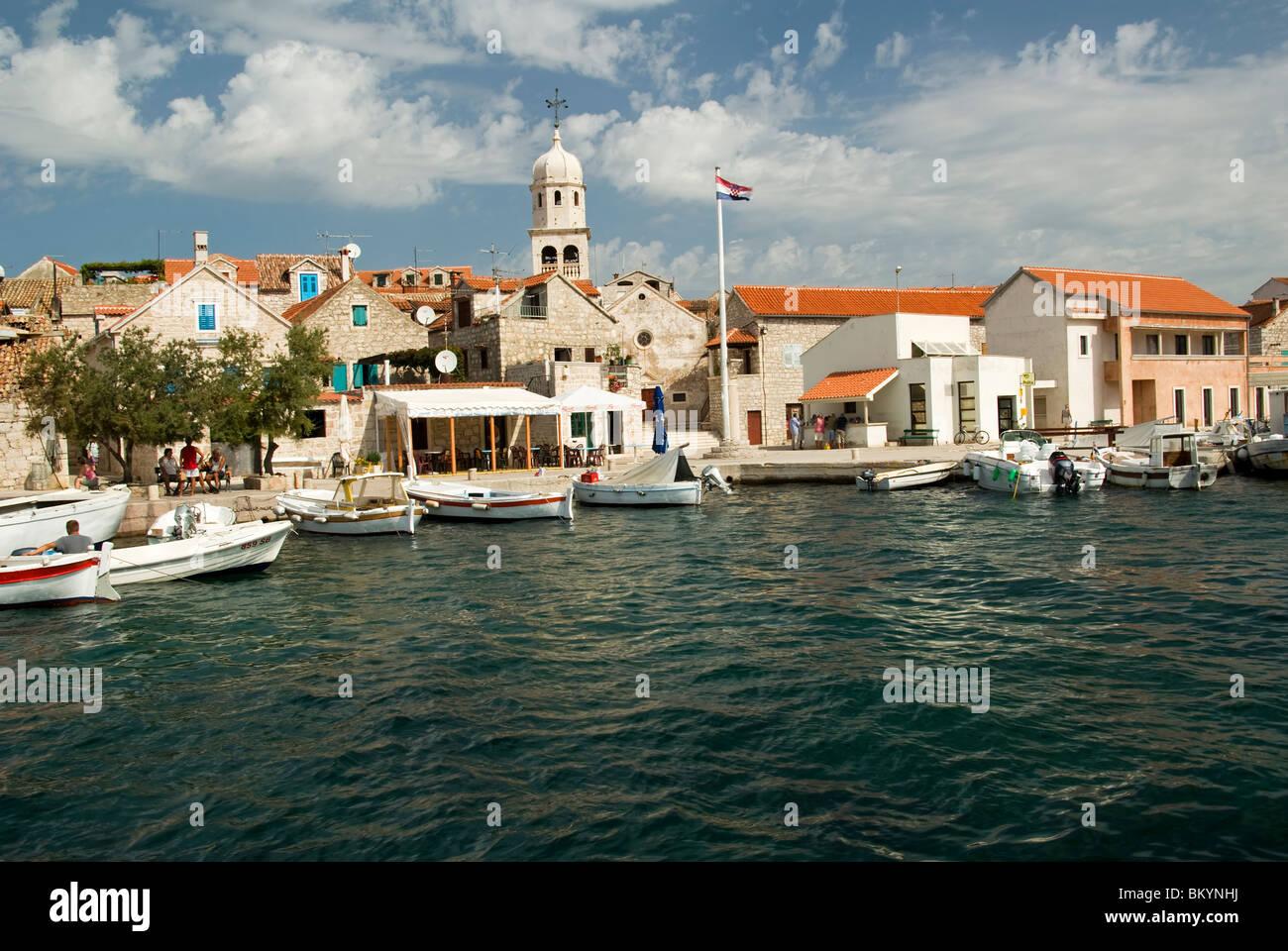 Kroatien; Hrvartska; Fernsehreihe; ?ibenik-Knin, Priv?, ?epurine, Hafen, Kirche, Häuser und kleine Fischerboote Stockbild