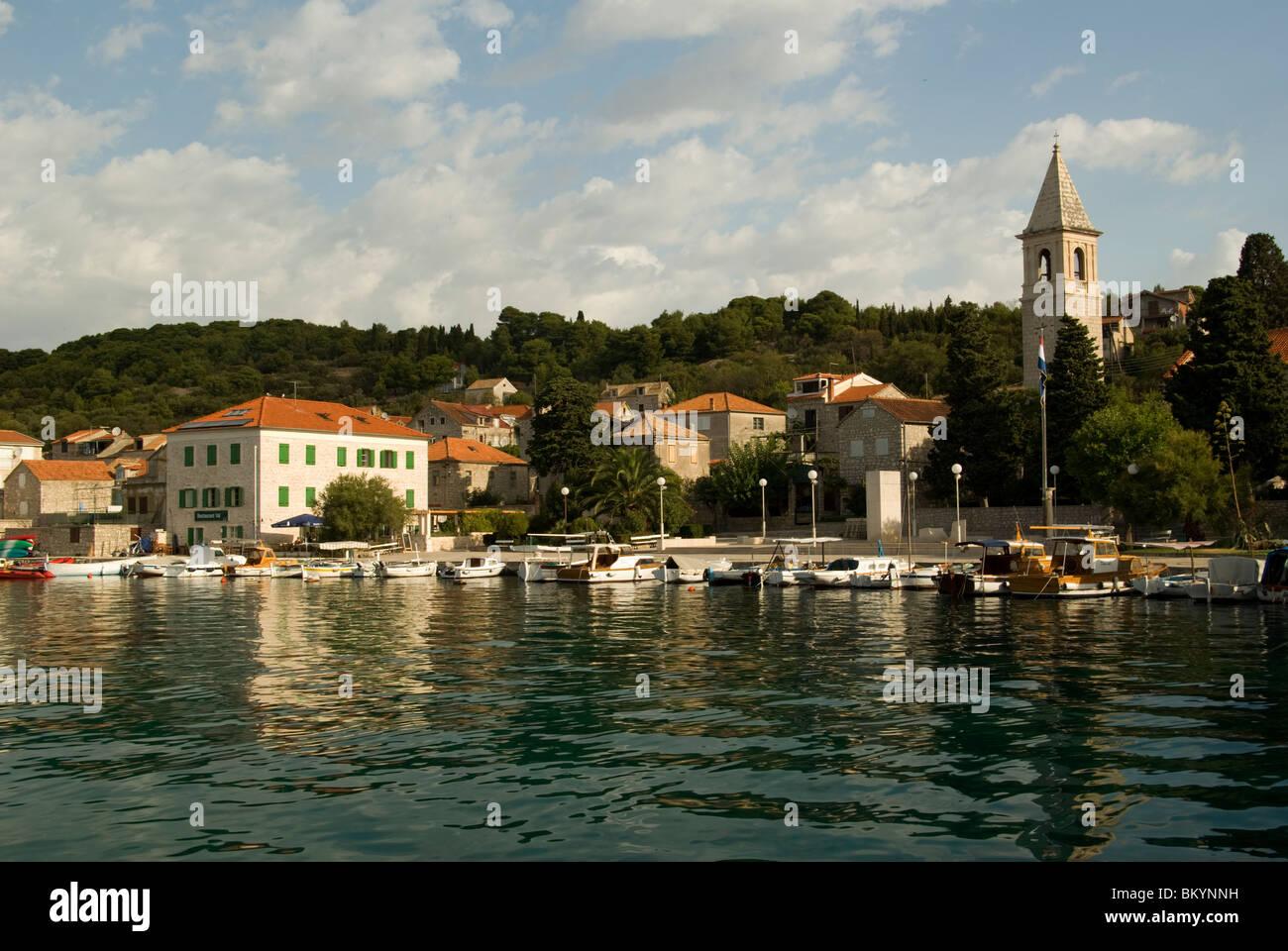 Kroatien; Hrvartska; Fernsehreihe; ?ibenik-Knin, Priv?, Priv?-Luka, Hafen, Kirche Hotel, kleine Fische Häuser Stockbild