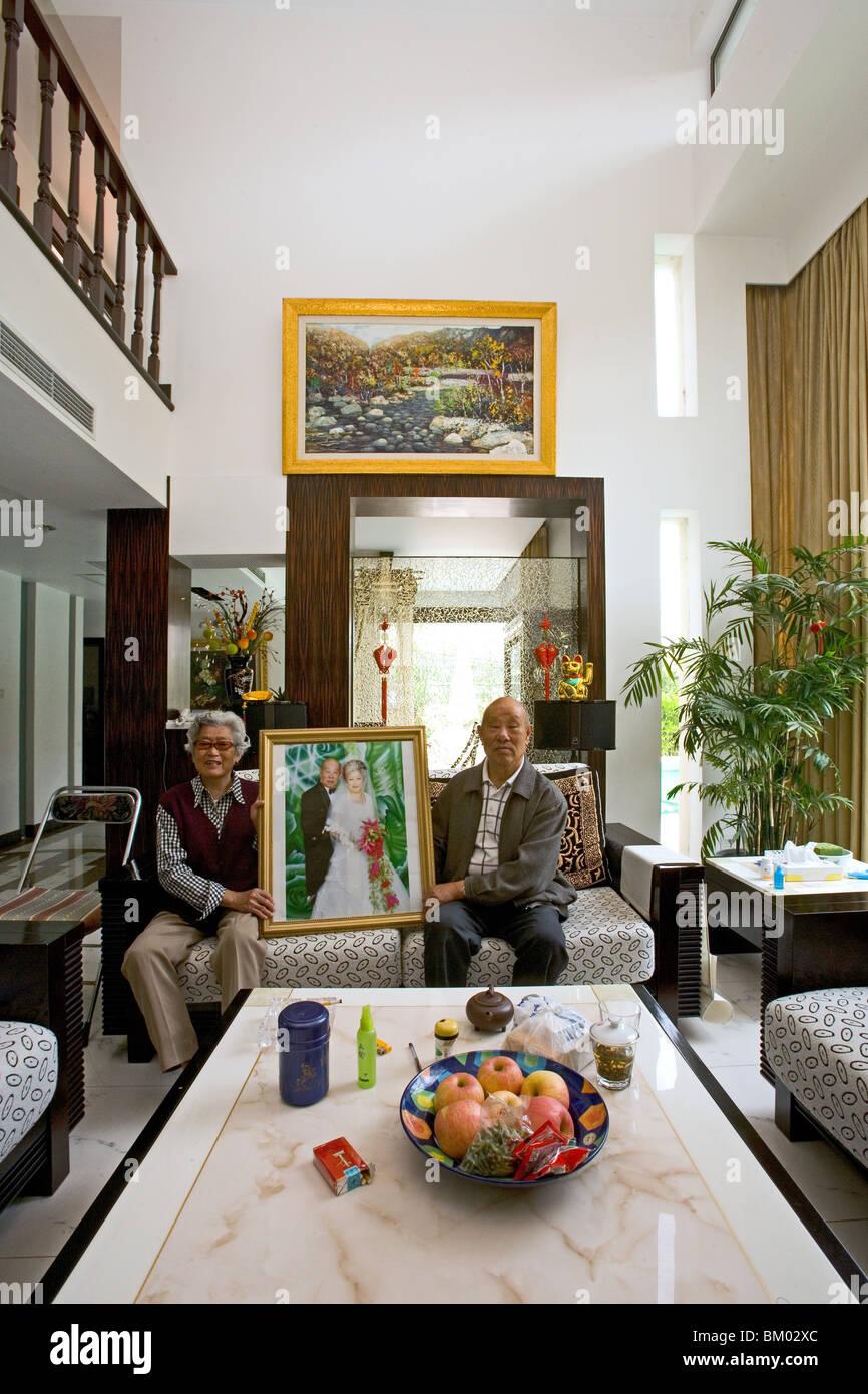 altes Ehepaar in moderne Villa, altes Ehepaar mit Hochzeitsbild ...