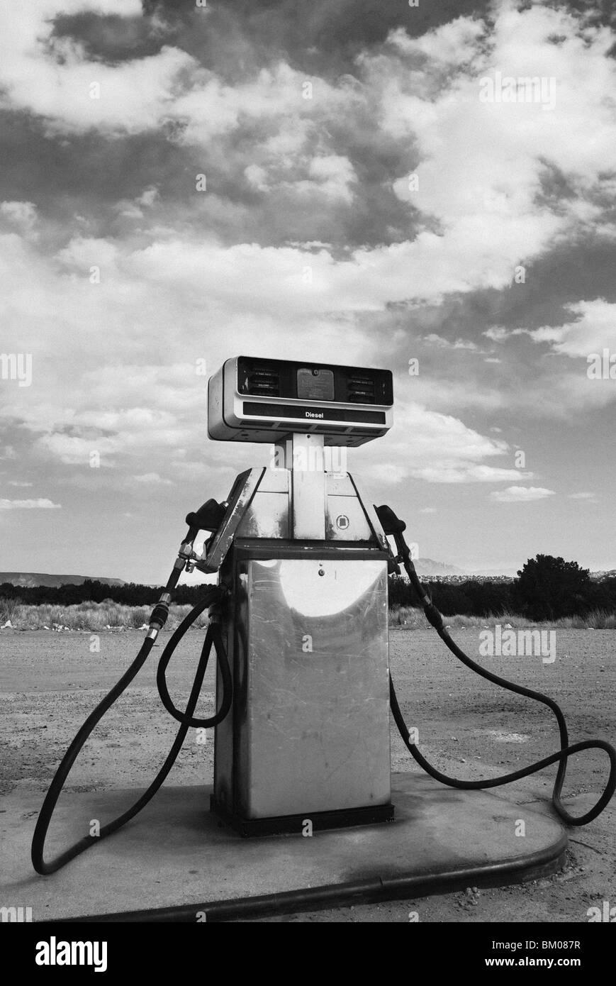 Zapfsäule kontrastiert der natürliche Landschaft am großen Chef Tankstelle, San Ysidro, New Mexiko Stockfoto