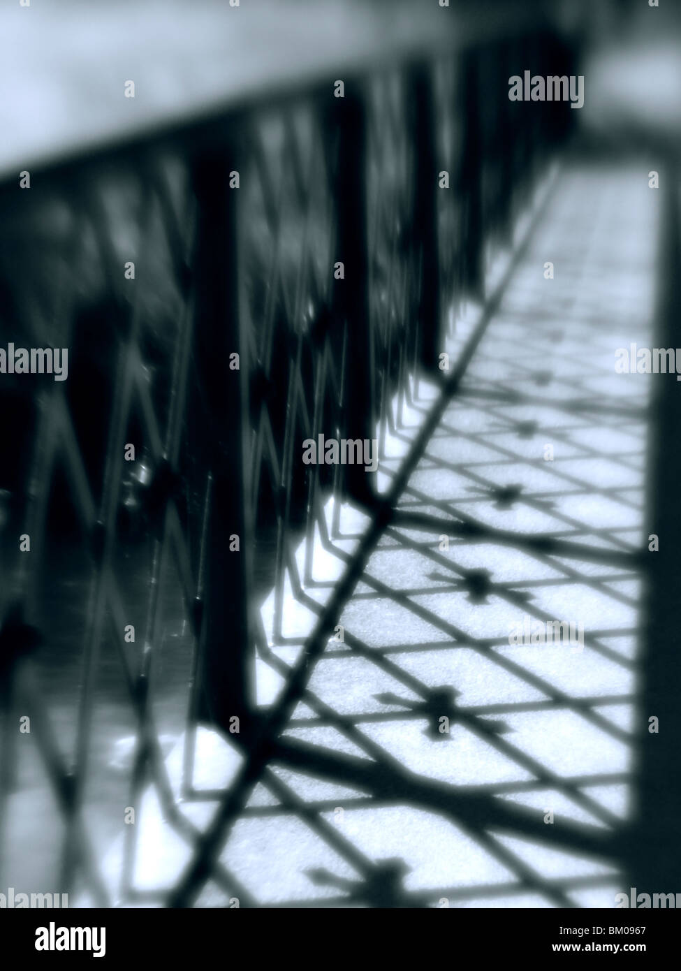 Sinister Brücke im Sonnenlicht Schattenwurf mit blur Stockbild