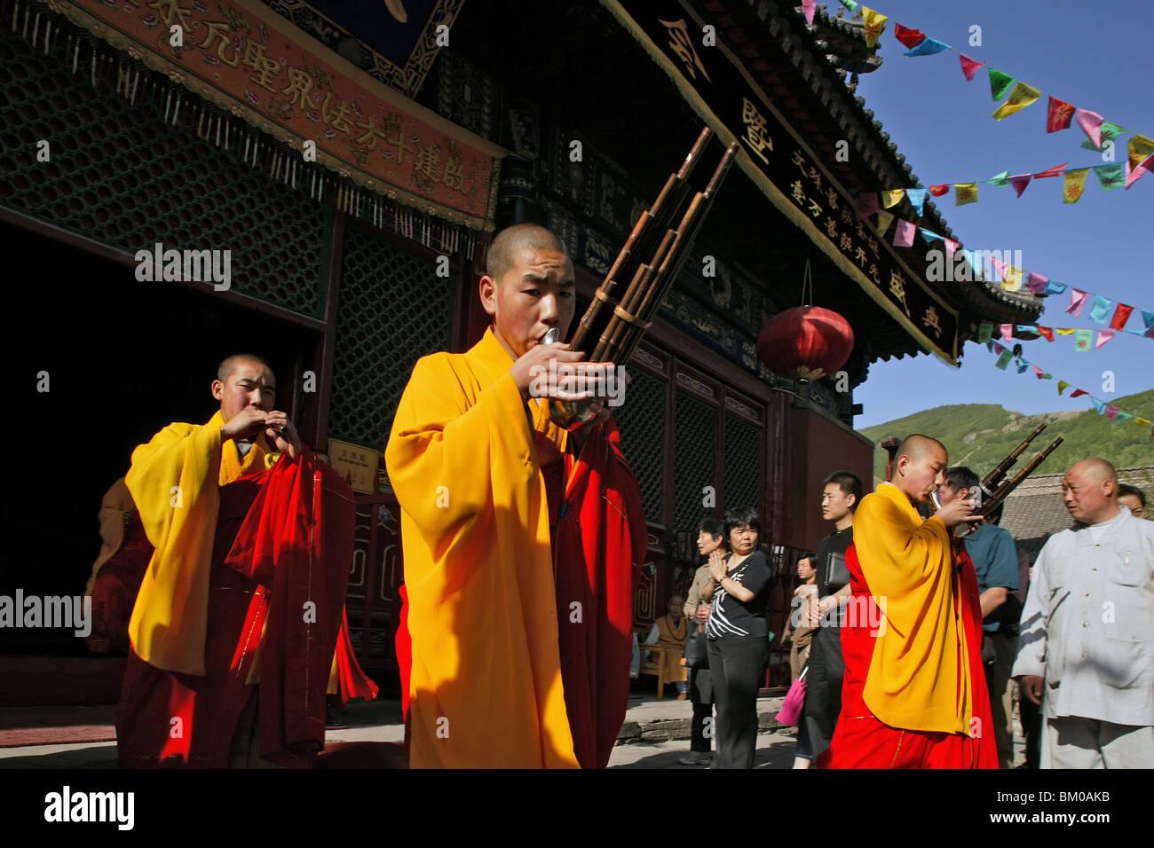 Monche In Gelben Und Roten Gewandern Spielen Bambus Mundharmonika