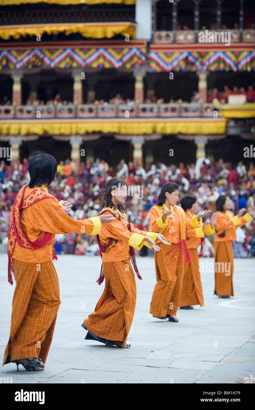Tänzerinnen in traditionellen Kostümen, Herbst Tsechu (Festival) bei Trashi Chhoe Dzong, Thimpu, Bhutan, Stockbild