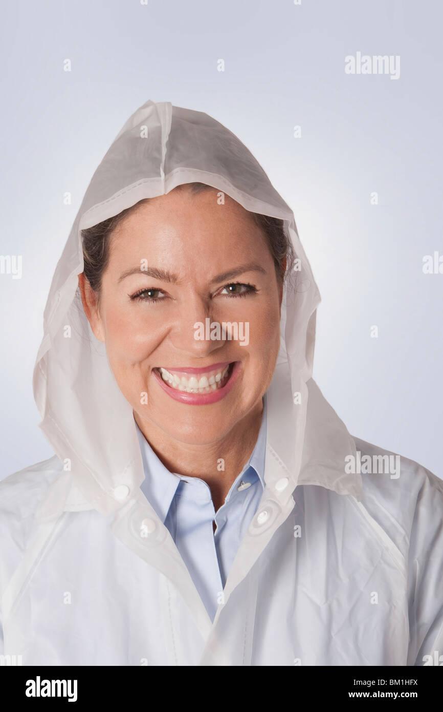 Frau trägt einen Regenmantel Stockbild