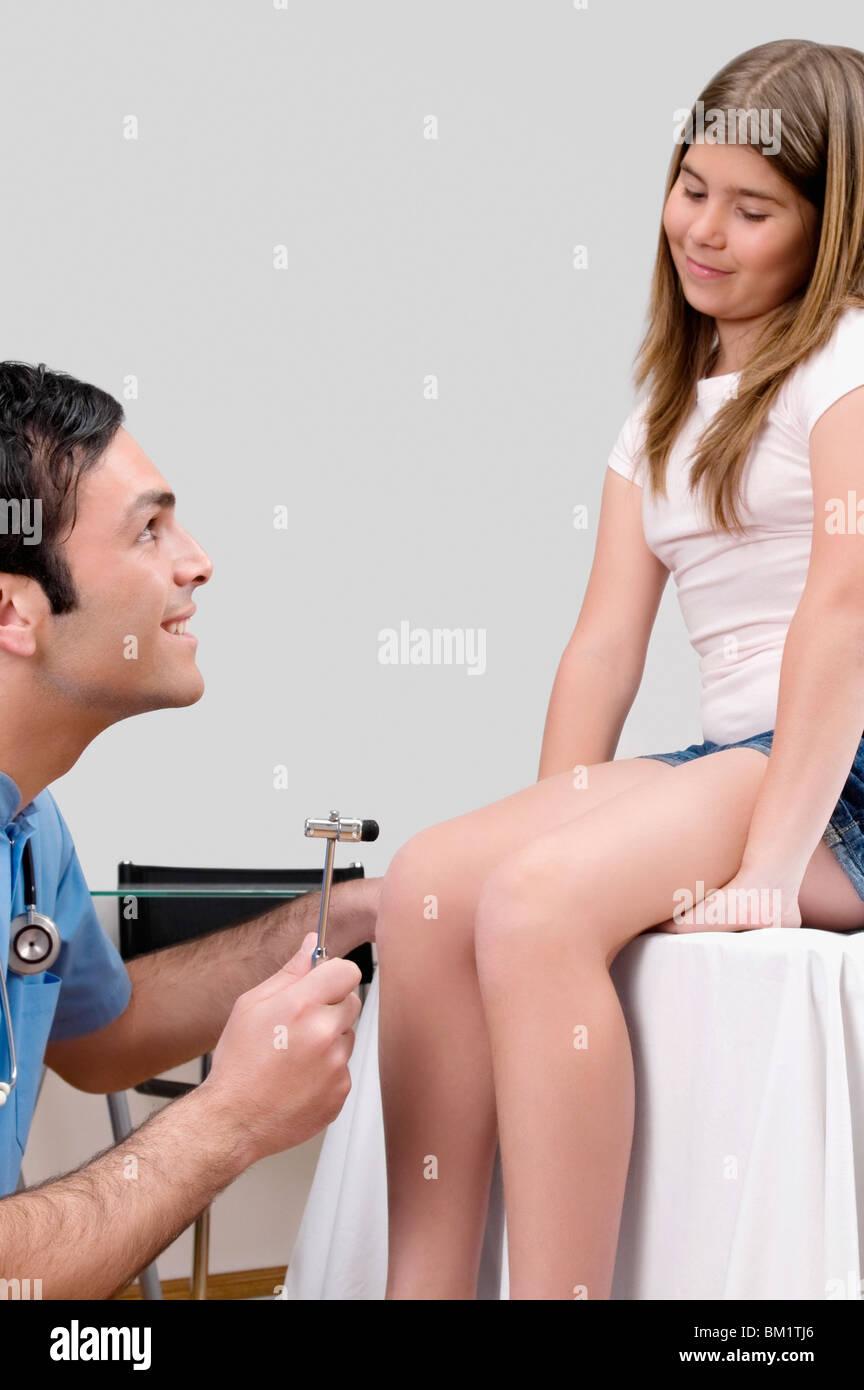 Arzt Untersucht Eine Mädchen Mit Einem Reflexhammer Stockfoto Bild