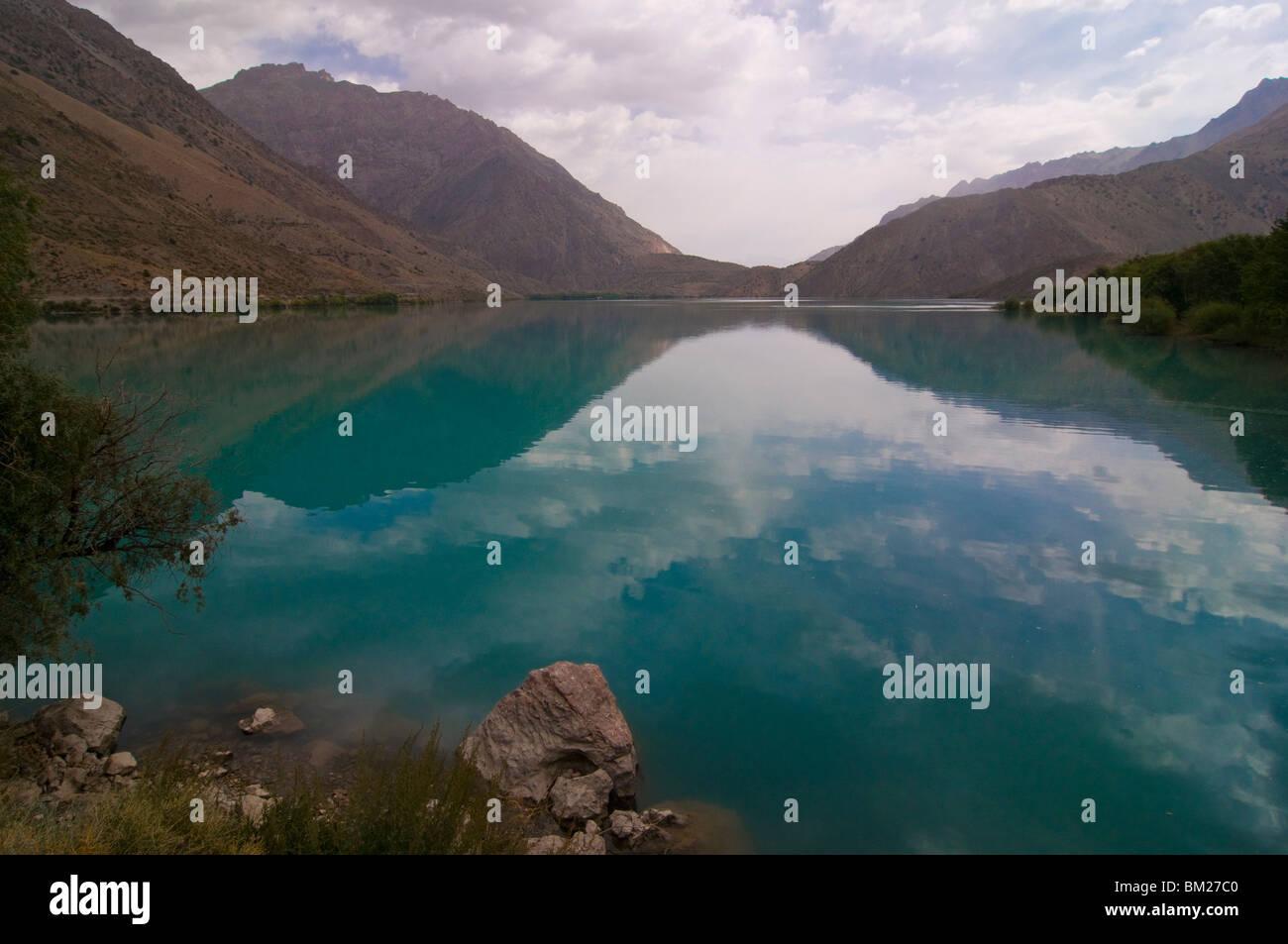Türkis Iskanderkul See (Alexander) in Fann Gebirge, Tadschikistan, Zentralasien Stockbild