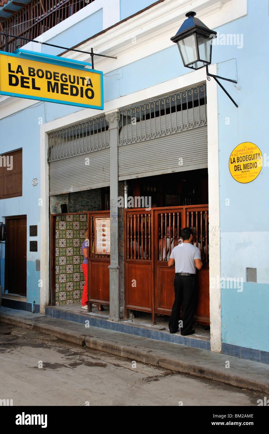 Die Bodeguita del Medio berühmt geworden durch Ernest Hemingway, in Calle Obispo im historischen Zentrum, Alt Stockbild