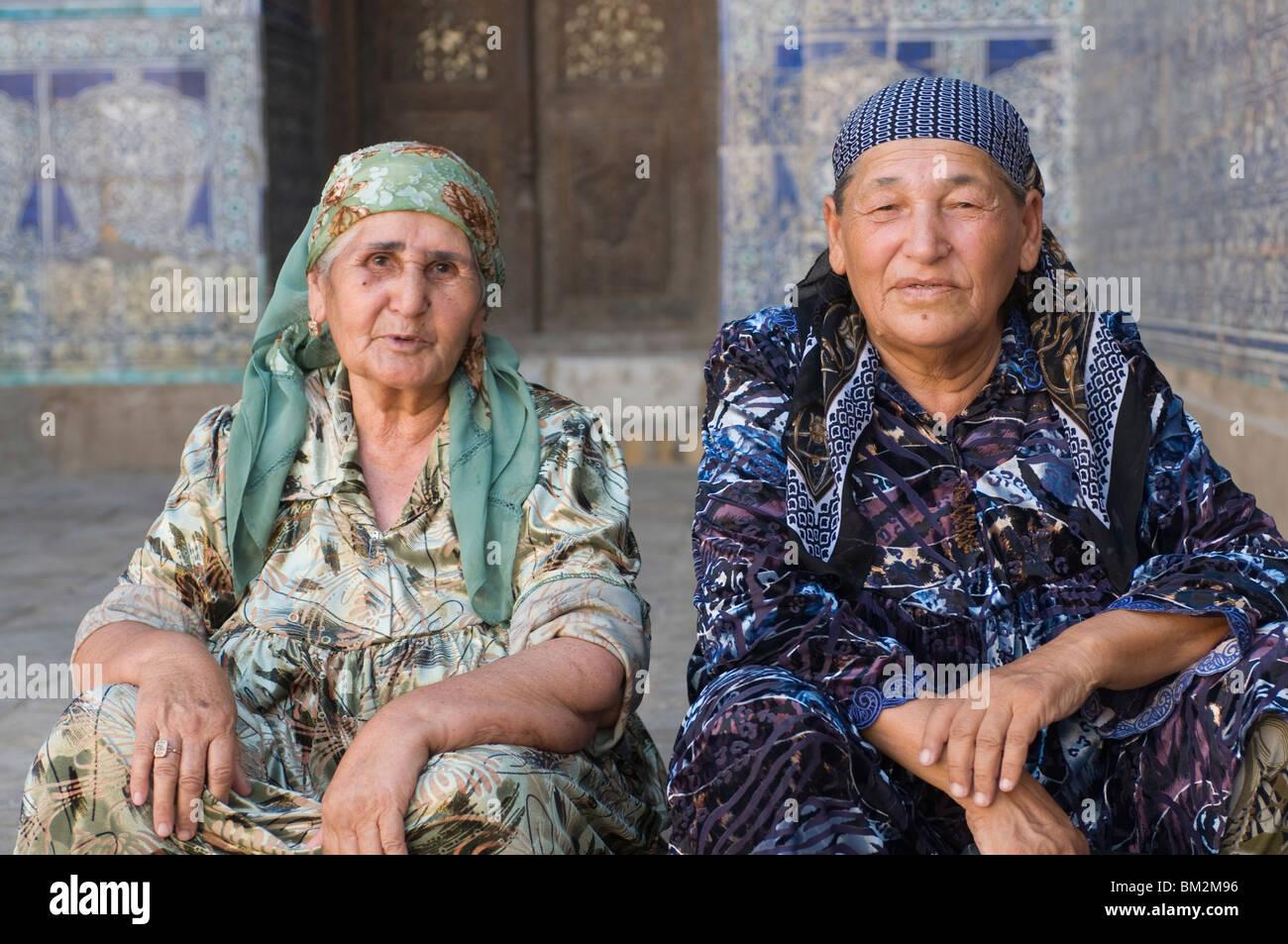 Alten traditionell gekleideten Frauen in den Palästen von Chiwa, Usbekistan Stockbild