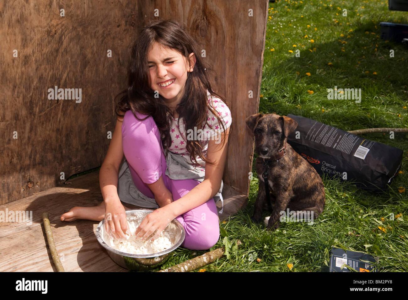 UK, England, Herefordshire, Putley, Big Apple Event, junges Mädchen Rührschüssel Mehl und Wasser Stockbild