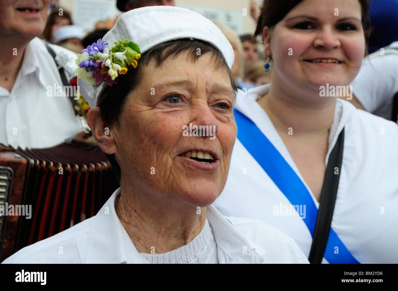 eine reife Frau singen am Obby Oss Tag in Padstow, Cornwall, uk Stockbild