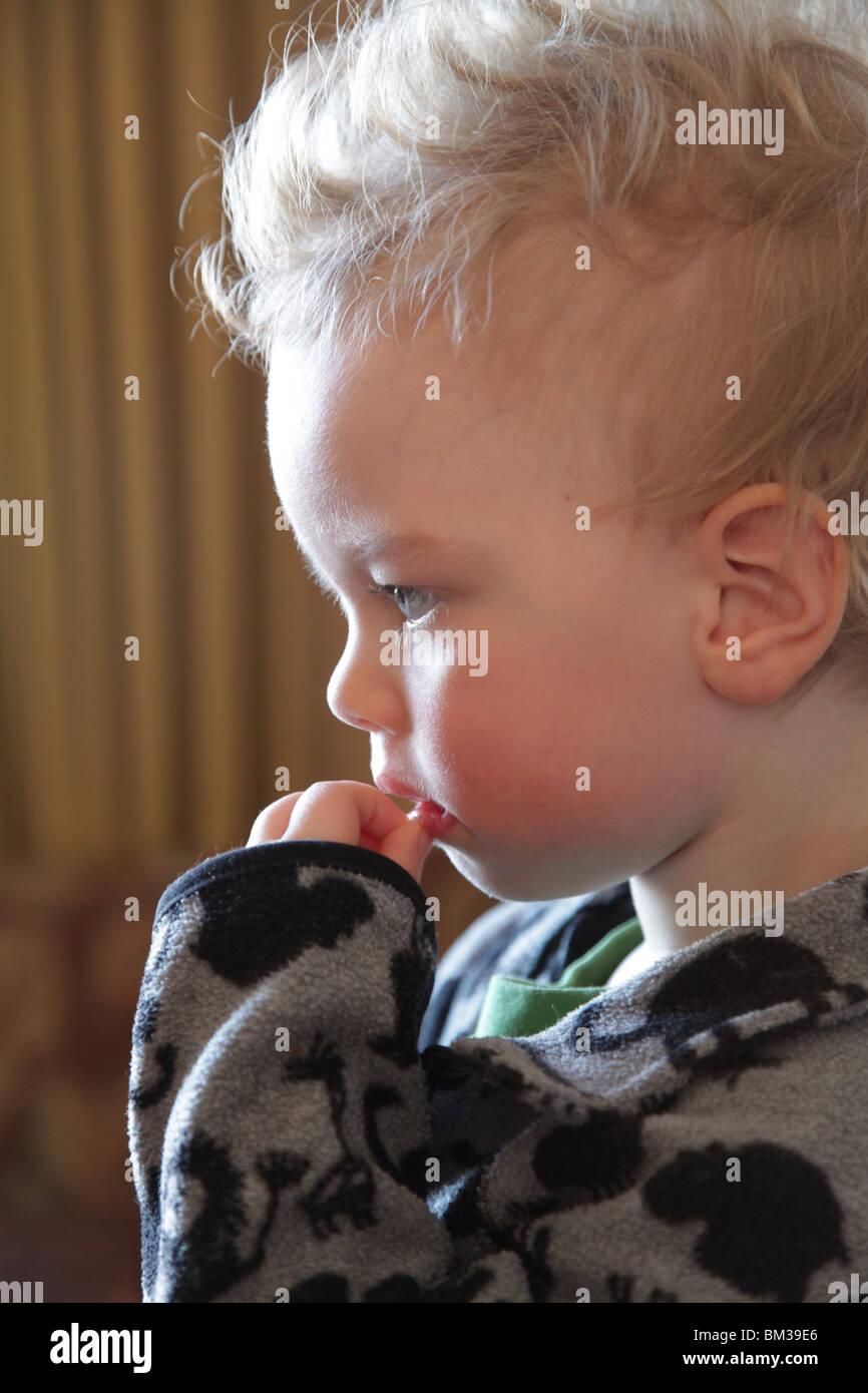 Ein Zwei Jahre Altes Baby Junge Kind Niedrig Profilschlüssel