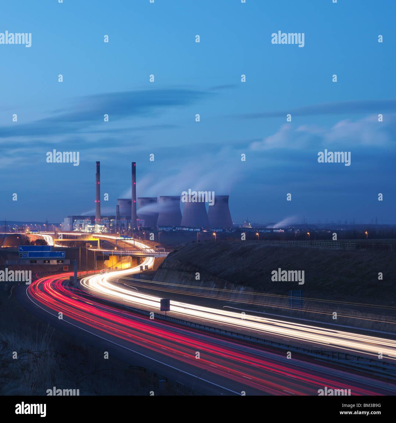 Kohle-Kraftwerk mit Autobahn Stockbild