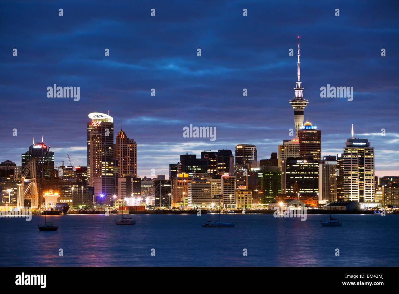 Auckland Skyline der Stadt in der Dämmerung, von Devenport betrachtet.  Auckland, Nordinsel, Neuseeland Stockbild