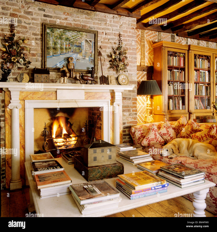 Wohnzimmer Mit Balkendecke Und Kamin Im Umgebauten Ehemaligen