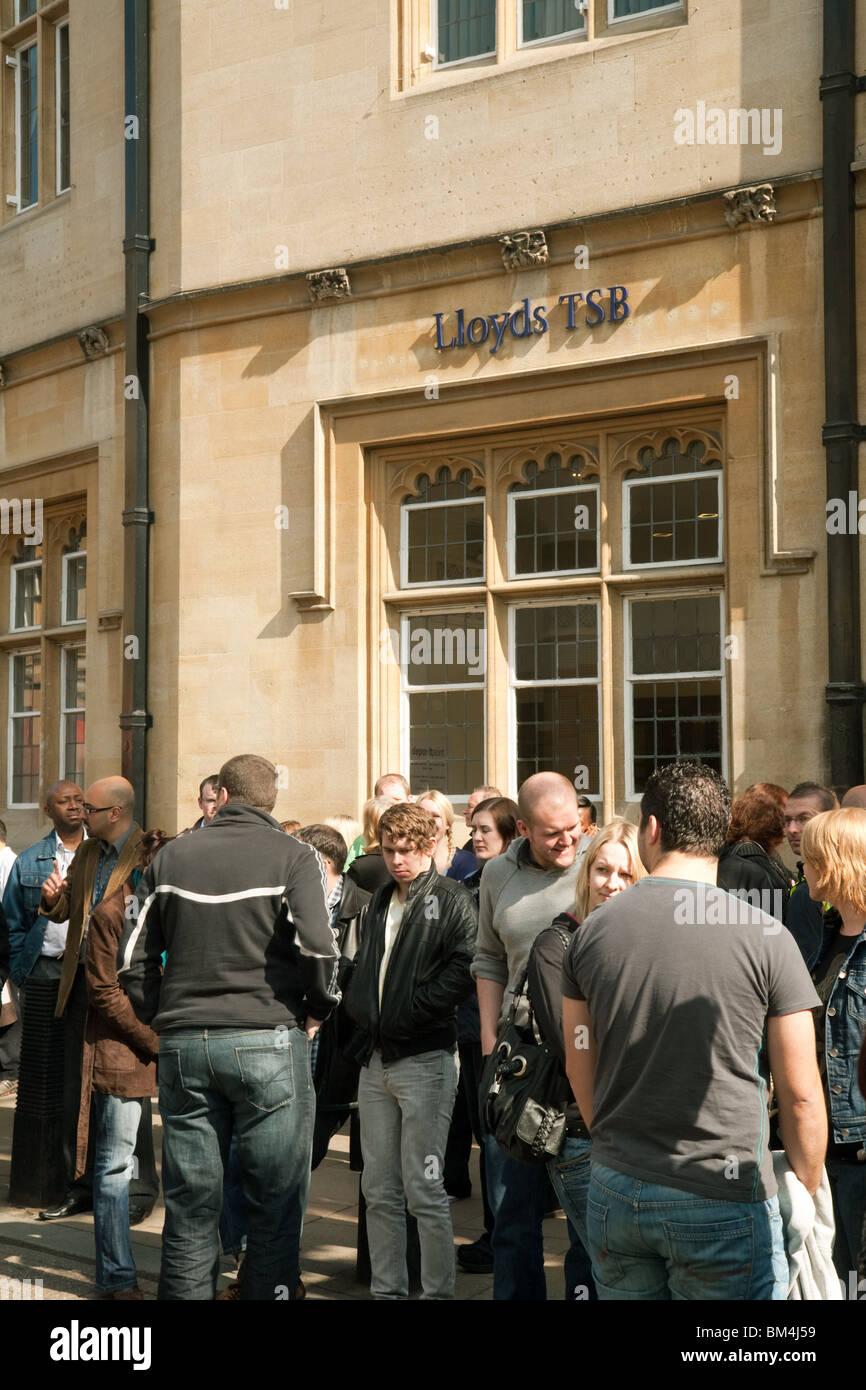 Eine Menge Leute außerhalb Lloyds TSB, Markt Quadrat Branch, Cambridge City Centre, Großbritannien Stockbild