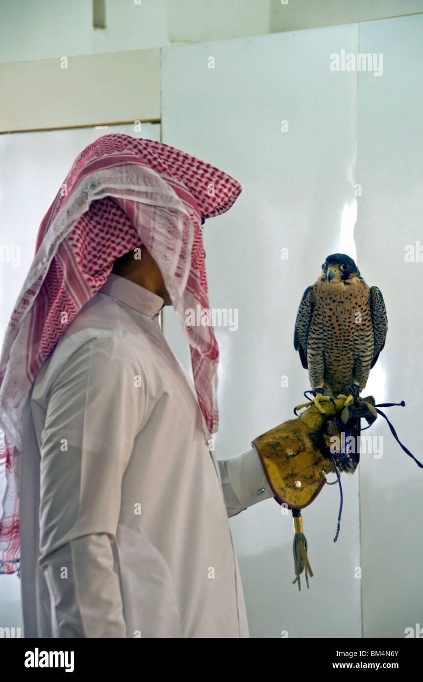 Katar, Doha, Falcon Center, Falken und handler Stockbild