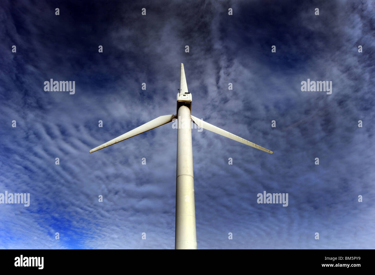 Windpark Turbine vor einem dramatischen blauen Himmel Stockbild