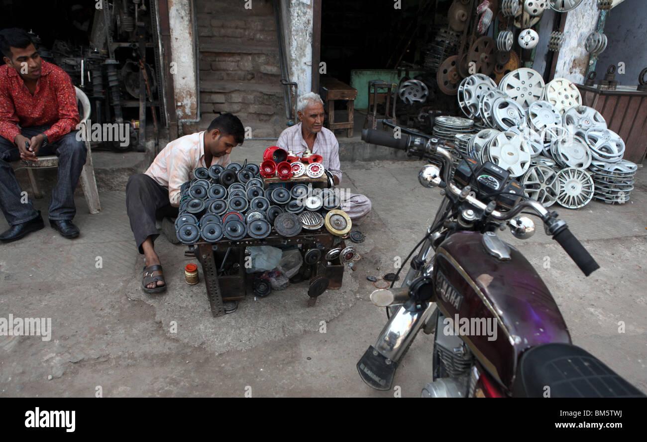 Männer Verkaufen Auto Und Motorrad Hörner In Chawri Bazar Eines