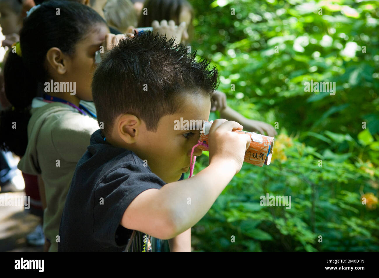 Eine frau mit fernglas zu tun vogelbeobachtung am dekshoevevijver