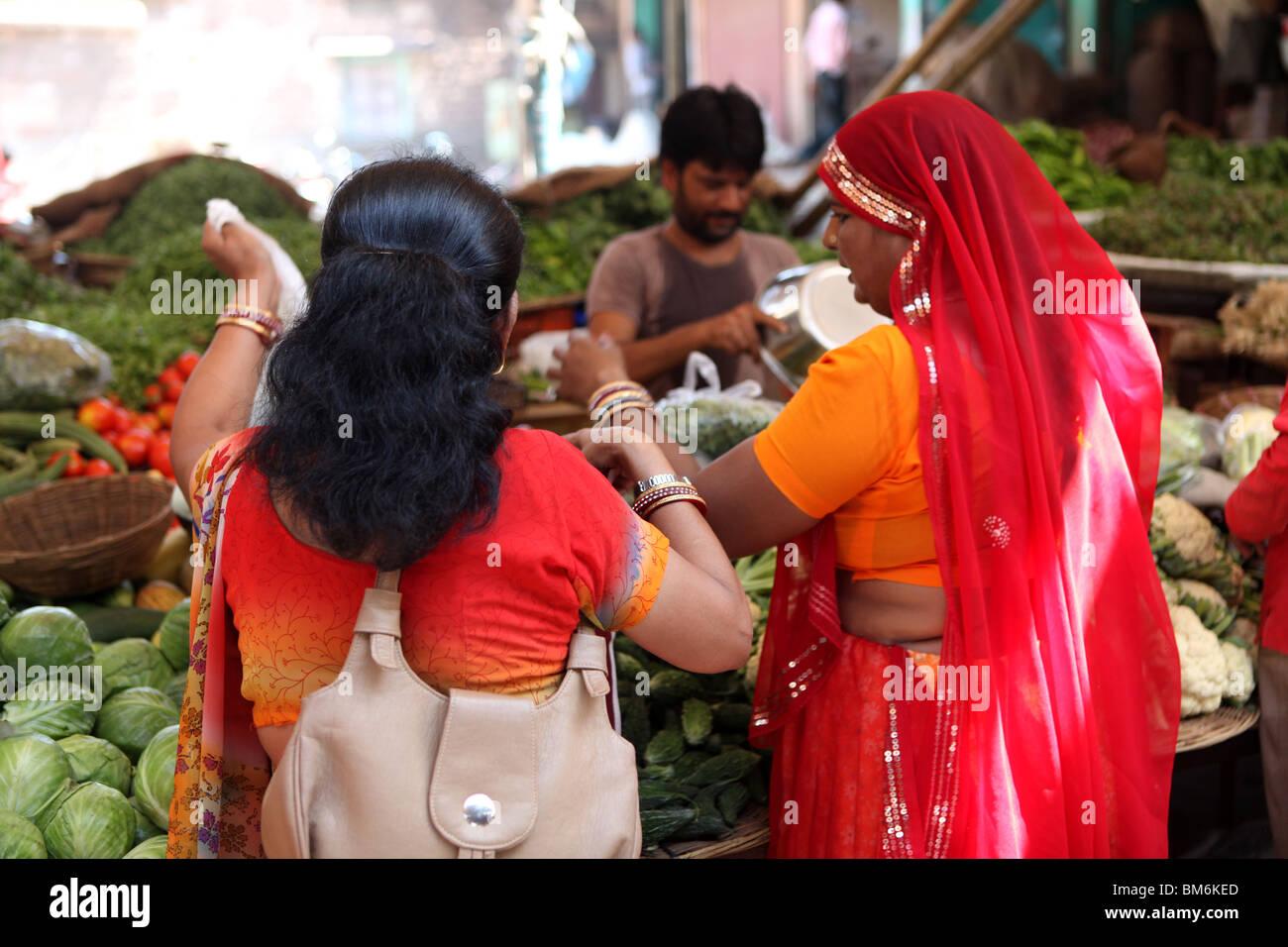 Indische Frauen Kaufen Gemüse An Die Sardar Markt Jodhpur Rajasthan