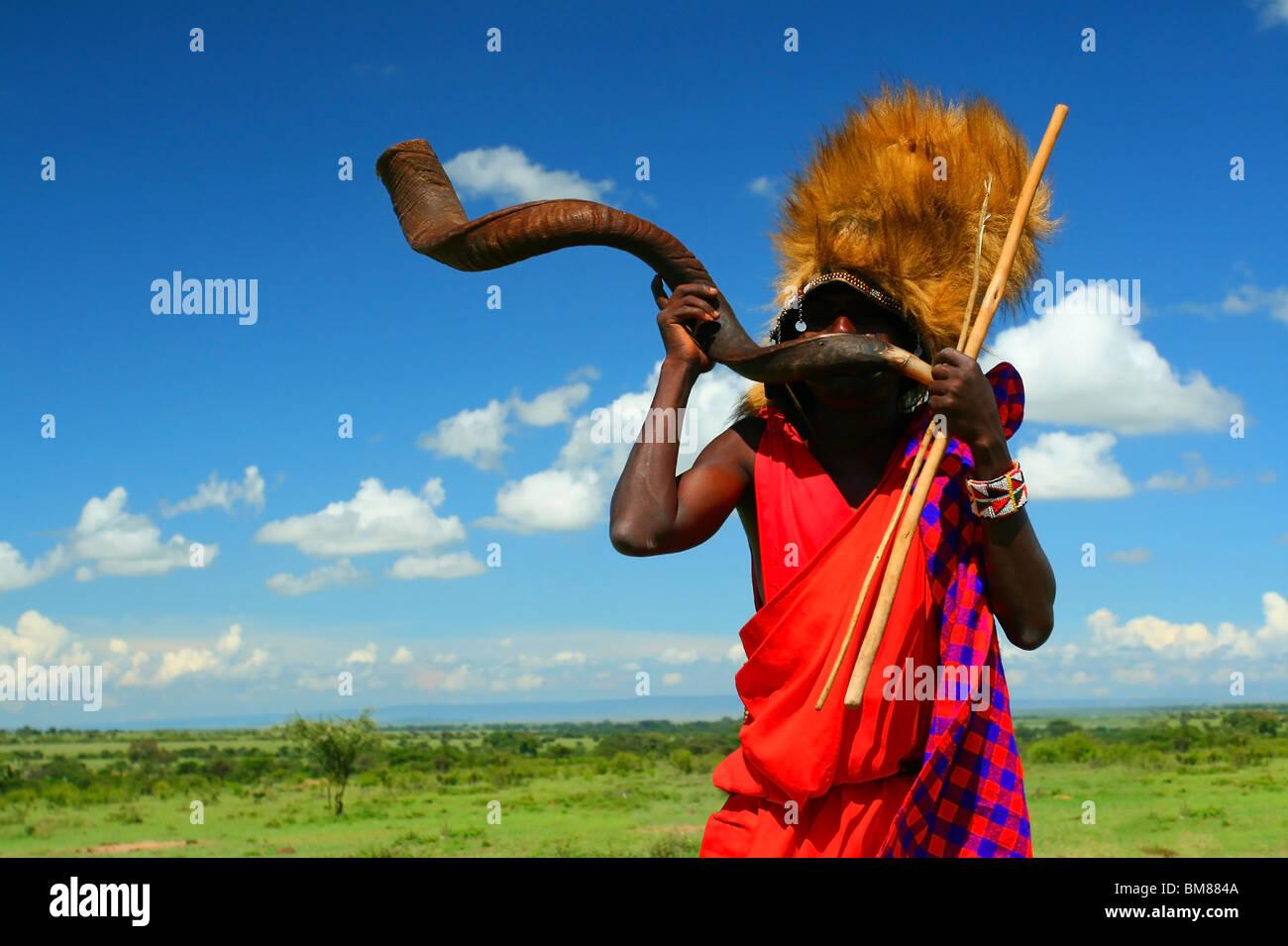 Masai Krieger spielen traditionellen Horn. Afrika. Kenia. Masai Mara Stockbild