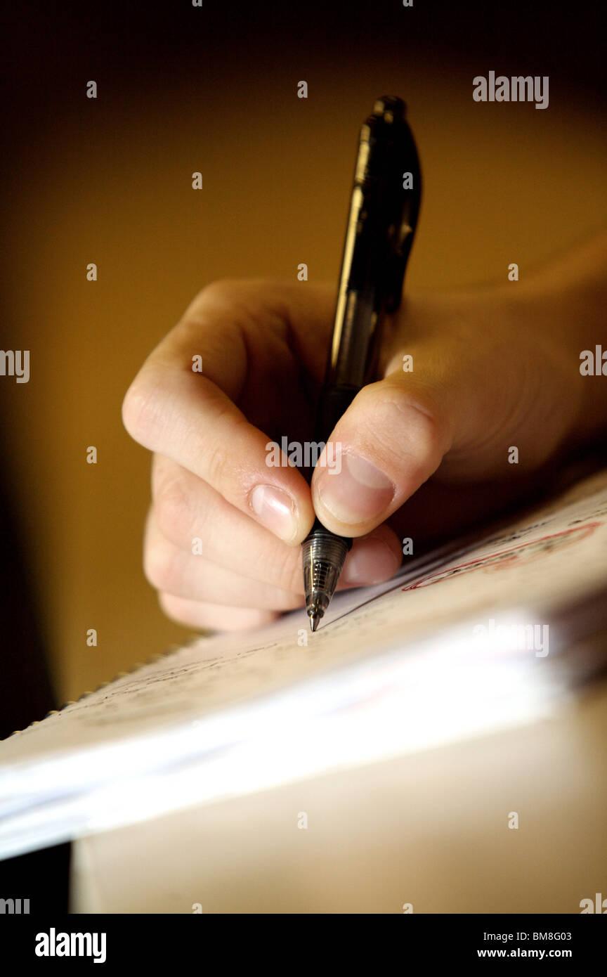 Hand und Stift Stockbild
