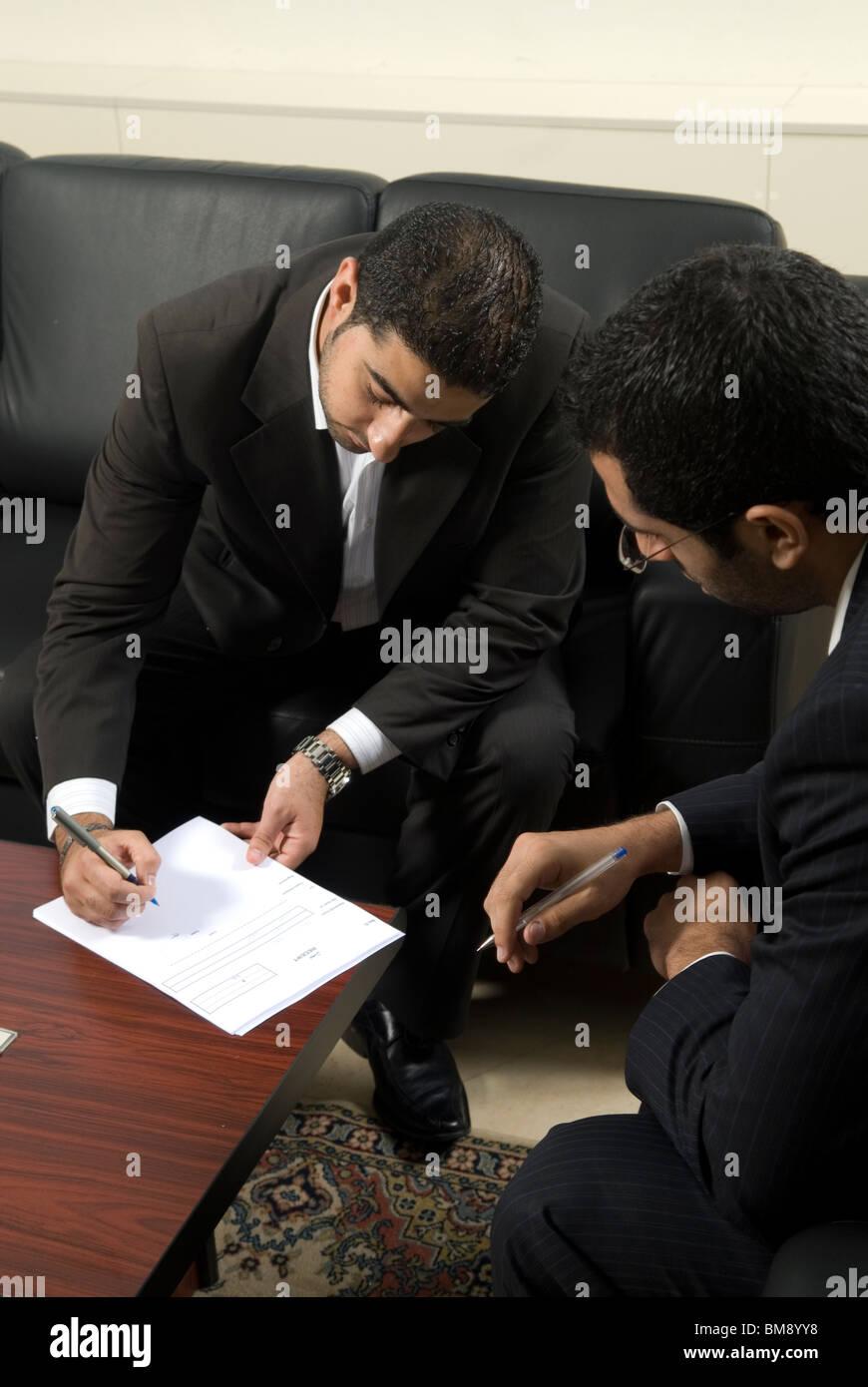 Zwei orientalische Männer Unterzeichnung der Verträge im Büro Beirut-Libanon-Nahost Stockbild