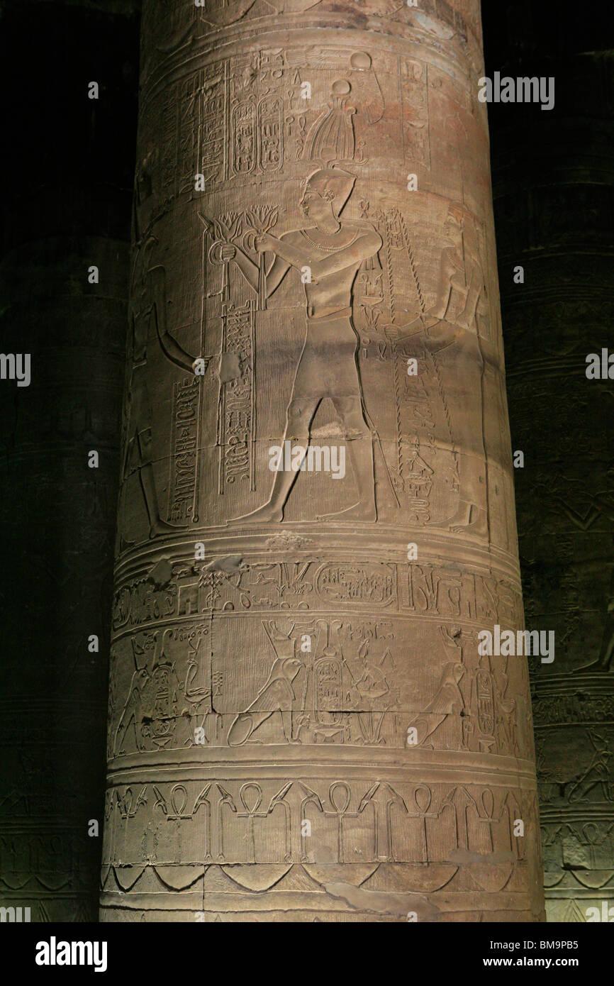 Hieroglyphen auf einer Säule der Tempel des Horus in Edfu, Ägypten Stockbild