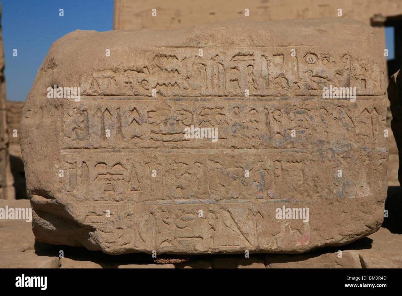 Hieroglyphen auf einer Steinplatte außerhalb der Tempel des Horus in Edfu, Ägypten Stockbild