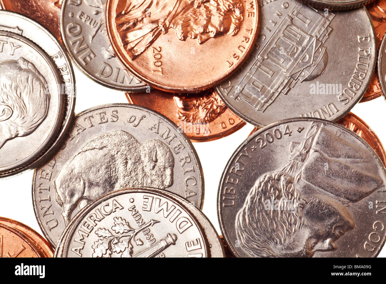 Münzen auf einer rein weißen Hintergrund isoliert Stockbild