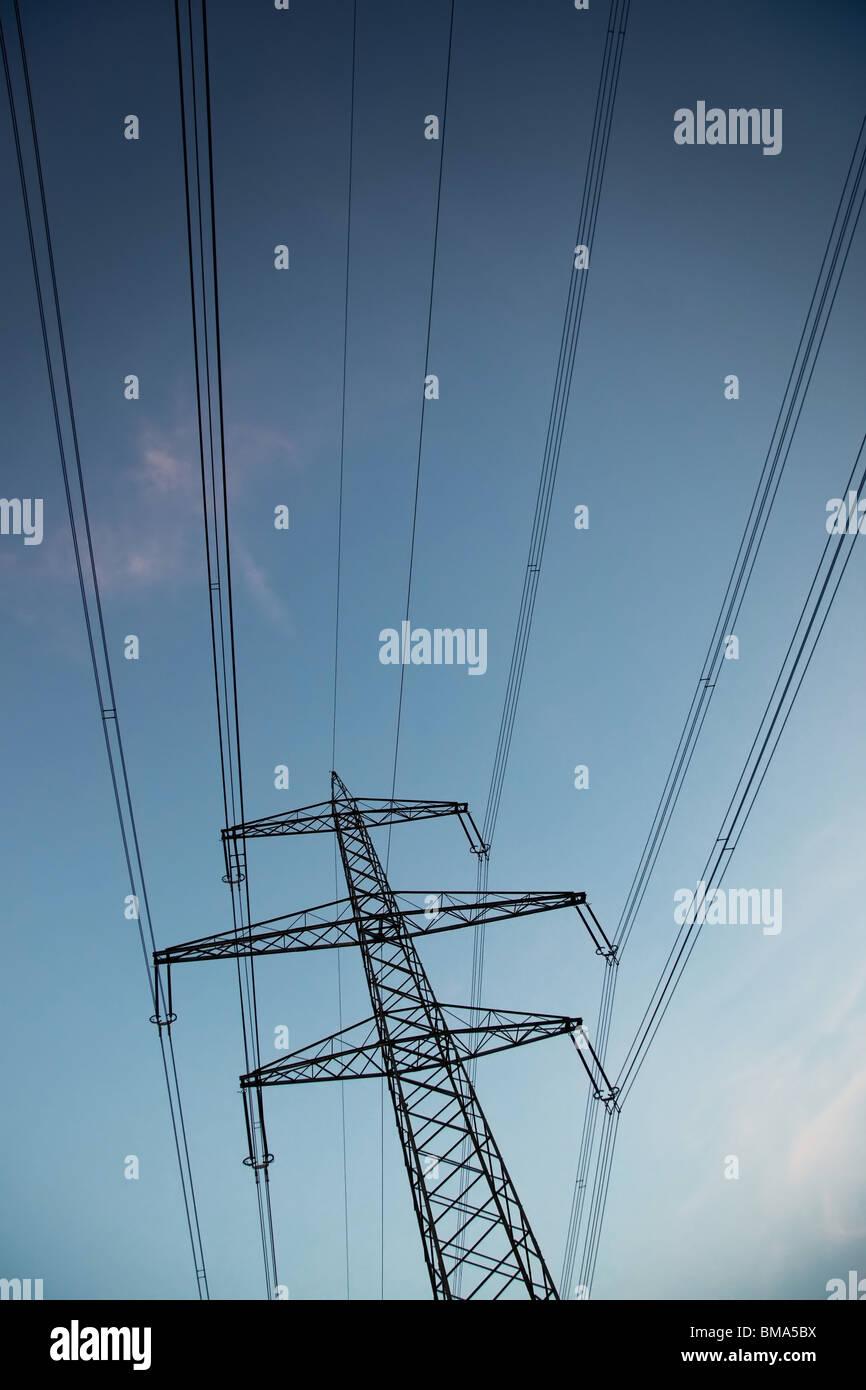 Elektrischen Stromleitung. Dunkle Abendlicht. Stockbild