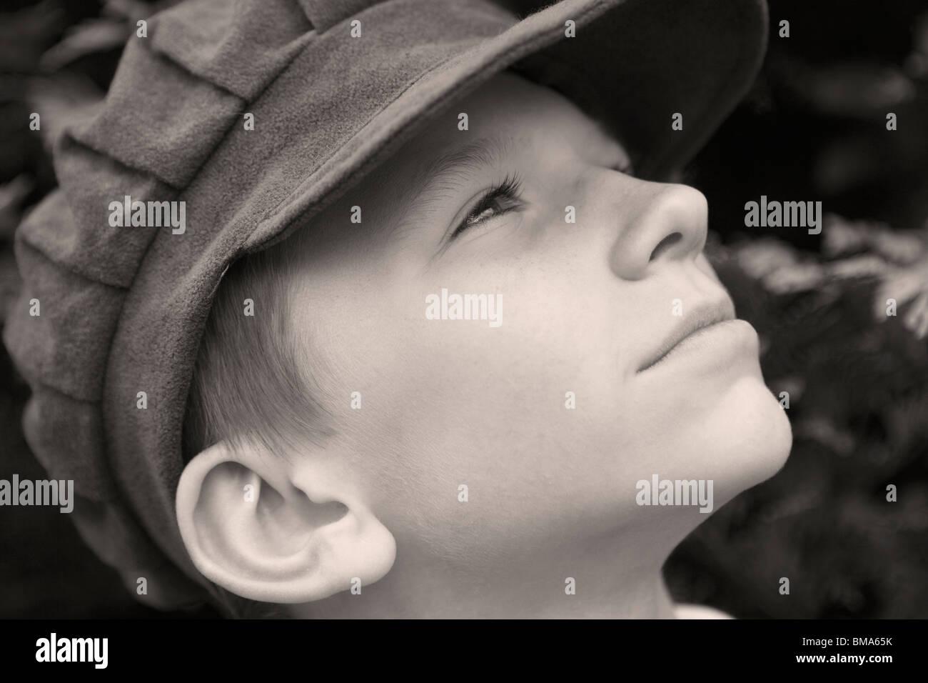 Kleiner Junge mit viktorianischer Kleidung _Old altmodische Tuch Mütze Stockfoto