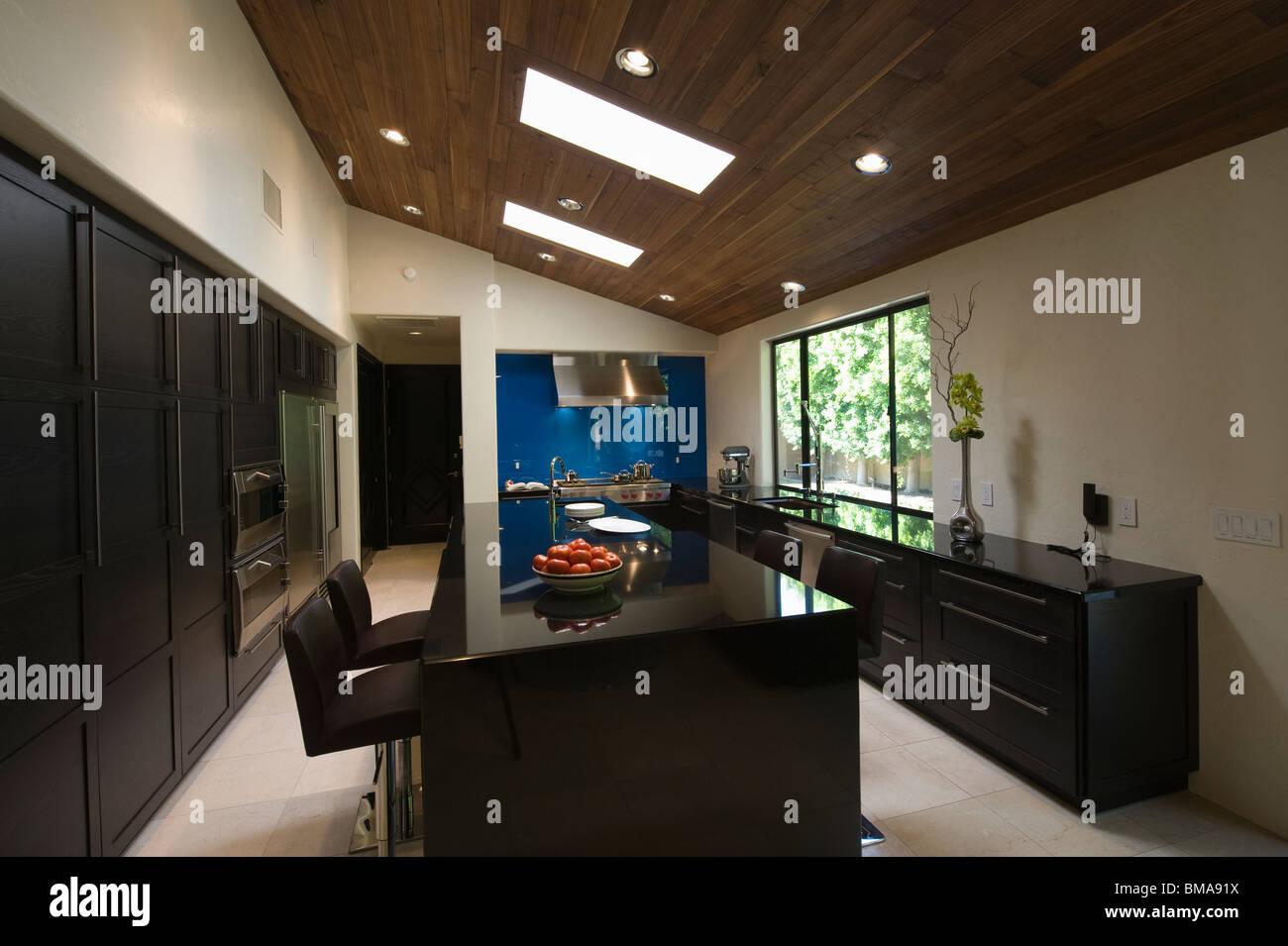 Schwarze Hochglanz Küche mit Oberlichtern Stockfoto, Bild ...