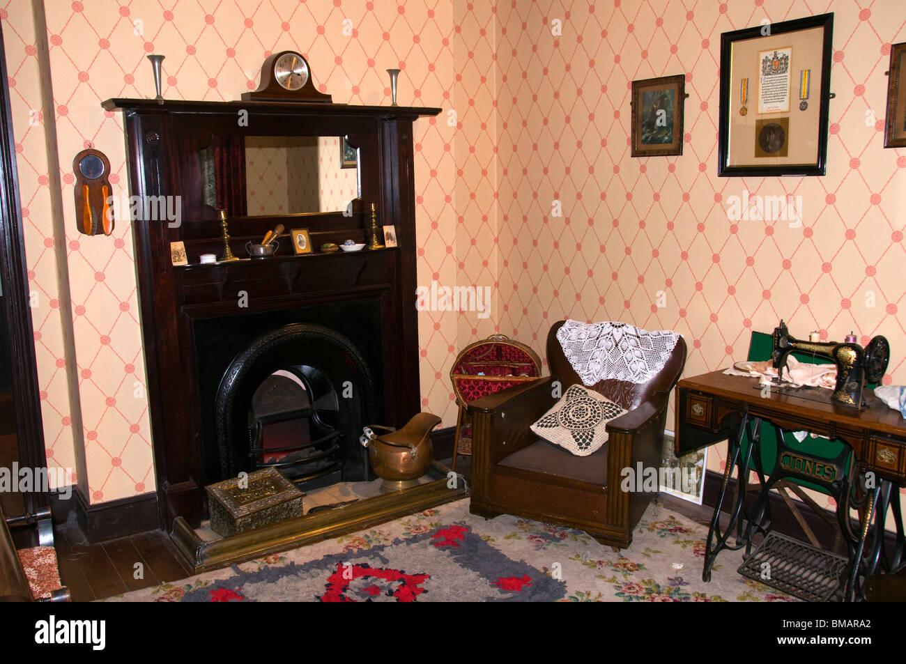 Darstellung des Wohnzimmers ein Anfang des 20. Jahrhunderts Arbeiterklasse nach Hause, Portland Basin Museum, Ashton Stockbild