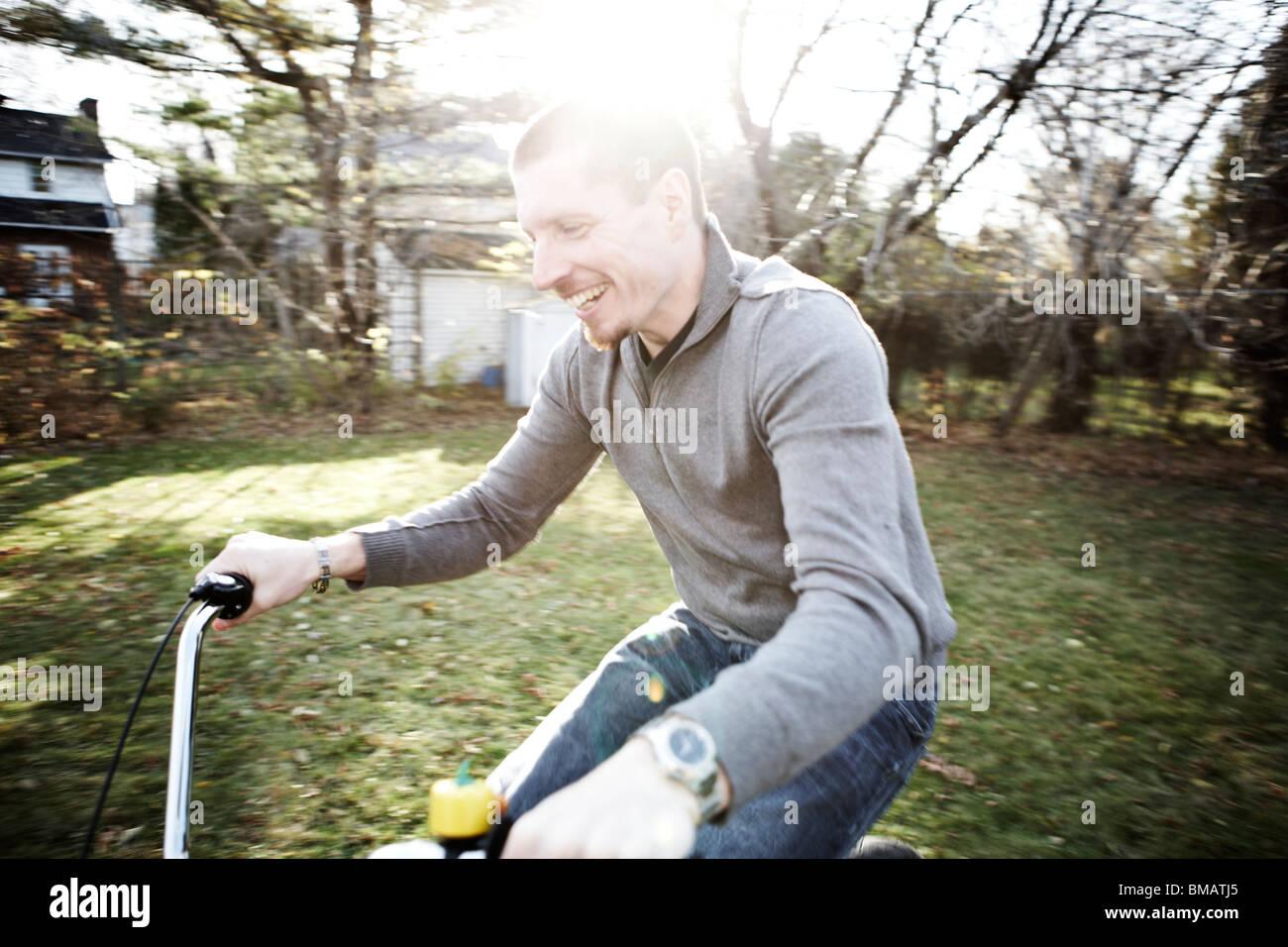 Mann auf dem Fahrrad Stockbild
