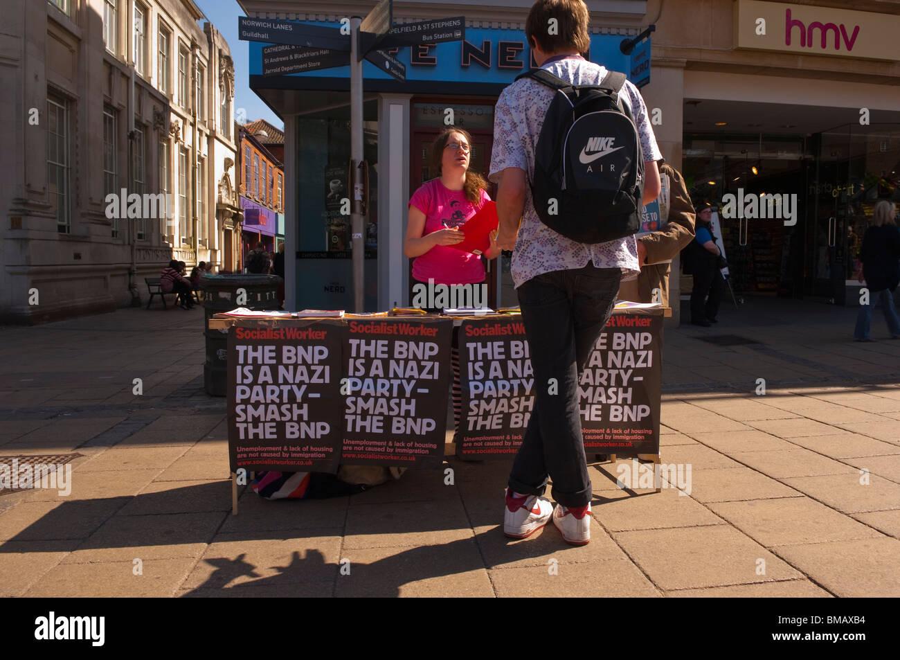 Eine Socialist Worker stehen in den Straßen von Norwich, Norfolk, England, Großbritannien, Uk Stockbild