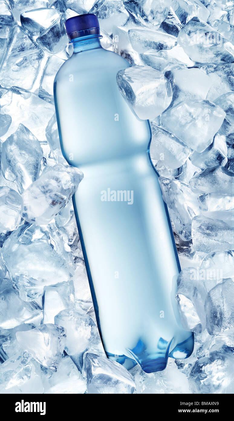Flasche Wasser auf Eiswürfel Stockbild