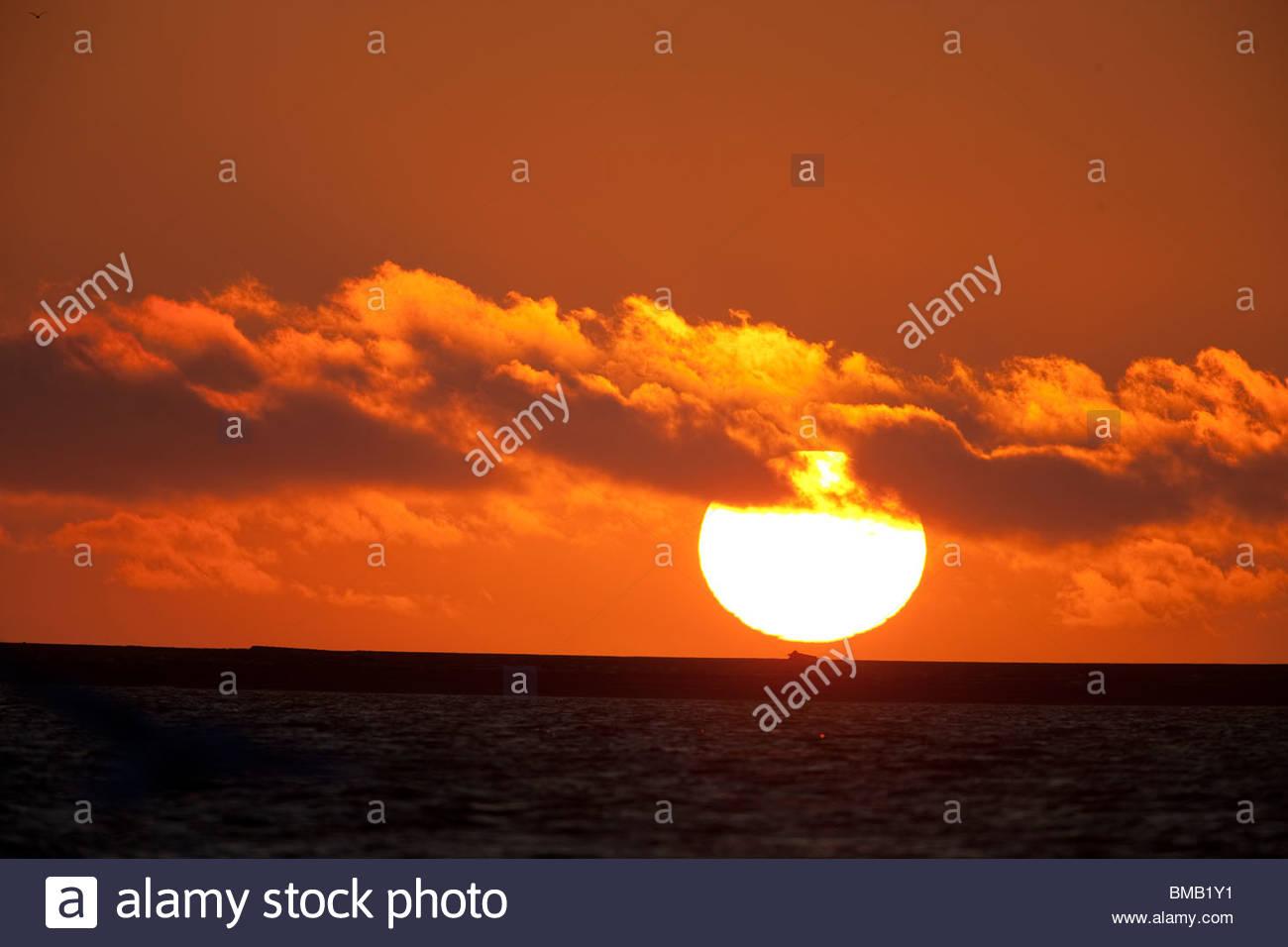 Die Sonne geht in eine Farbenpracht über Beaufort Meer vor der Küste der ANWR Stockfoto