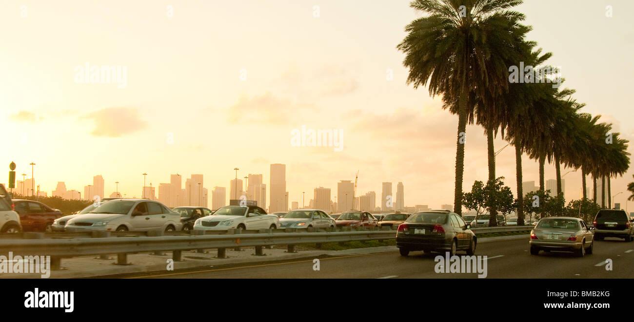 Feierabendverkehr auf MacArthur Causeway zwischen Miami Beach und Miami, Florida, USA Stockbild