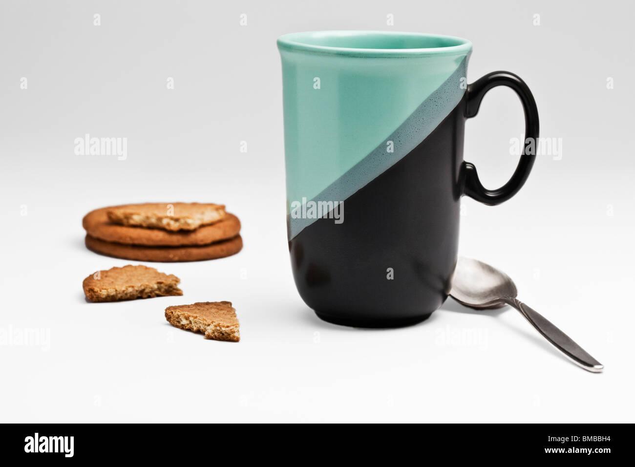 Grün/Schwarz Becher und Kekse Stockbild
