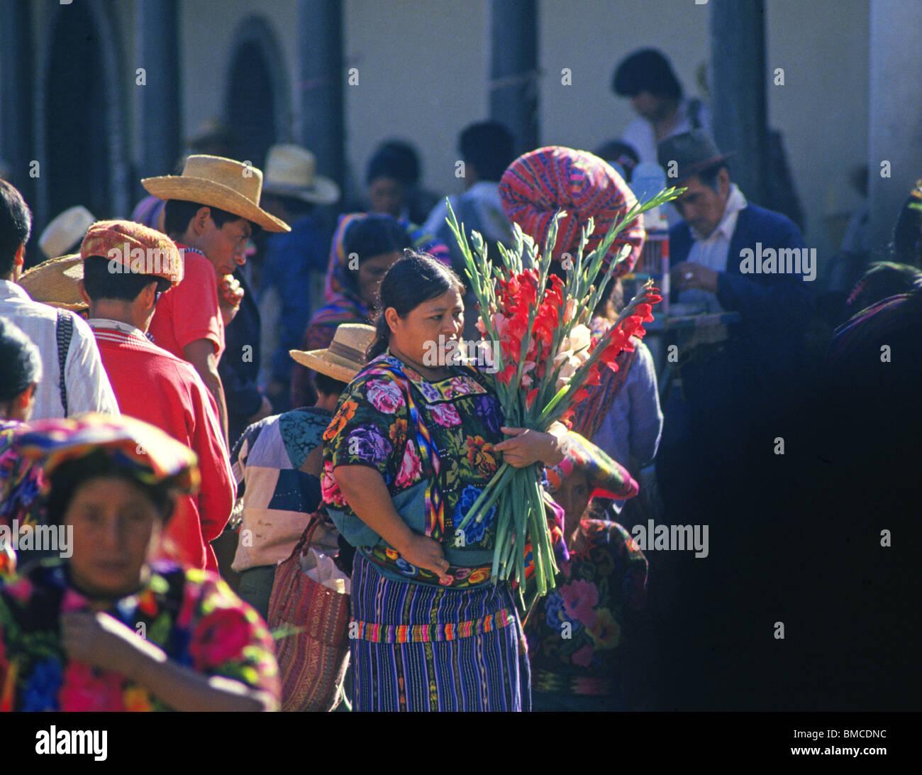 Maya-indische Nachkommen in bunten Kleidung in der Highland Stadt Chichicastenango, Guatemala Stockfoto