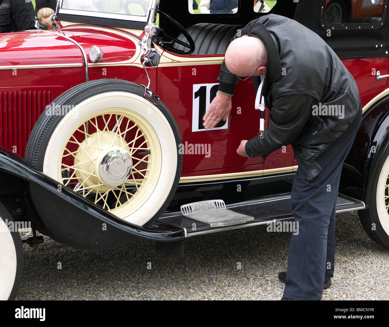 Ein Treiber bereitet seine Oldtimer ein Oldtimer-rallye Stockbild