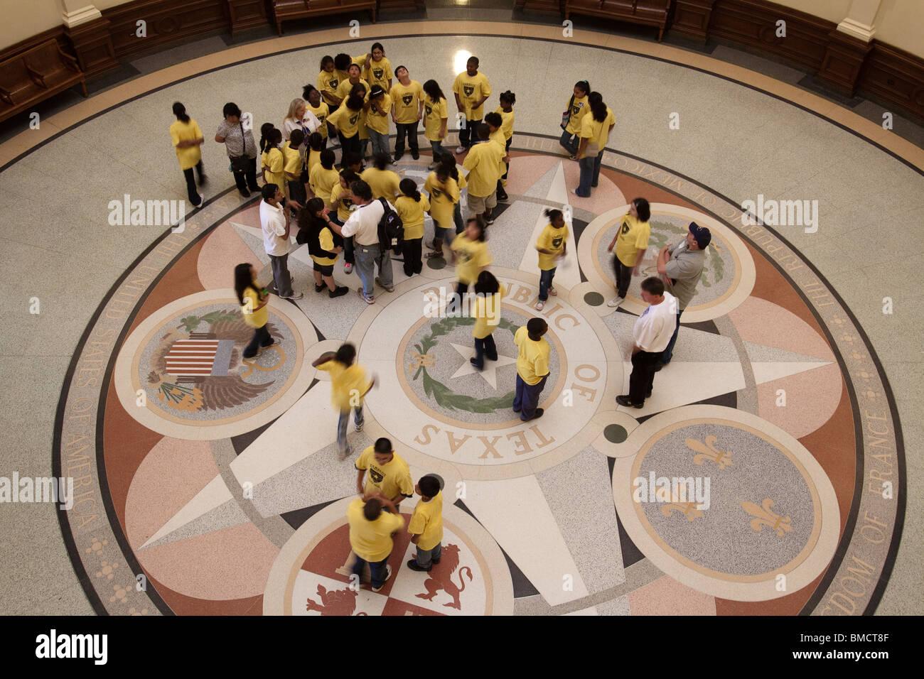 Schülerinnen und Schüler auf Führung des Texas State Capitol Gebäude Rotunde in Austin Stockbild