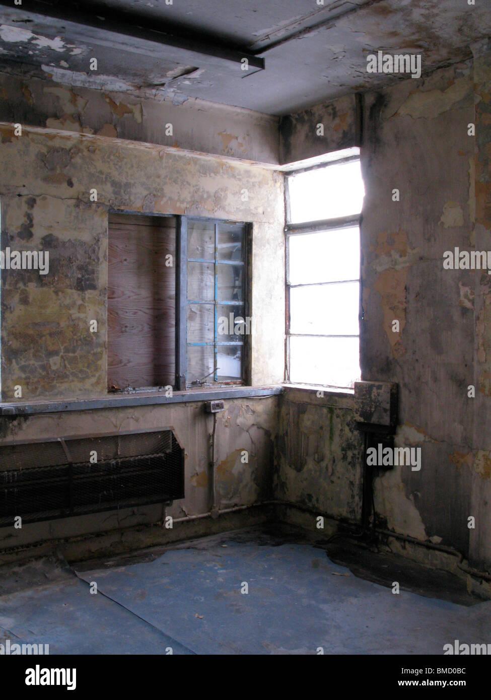 Ein verlassenes Zimmer auf einem alten RAF-Basis. Farbe von den ...