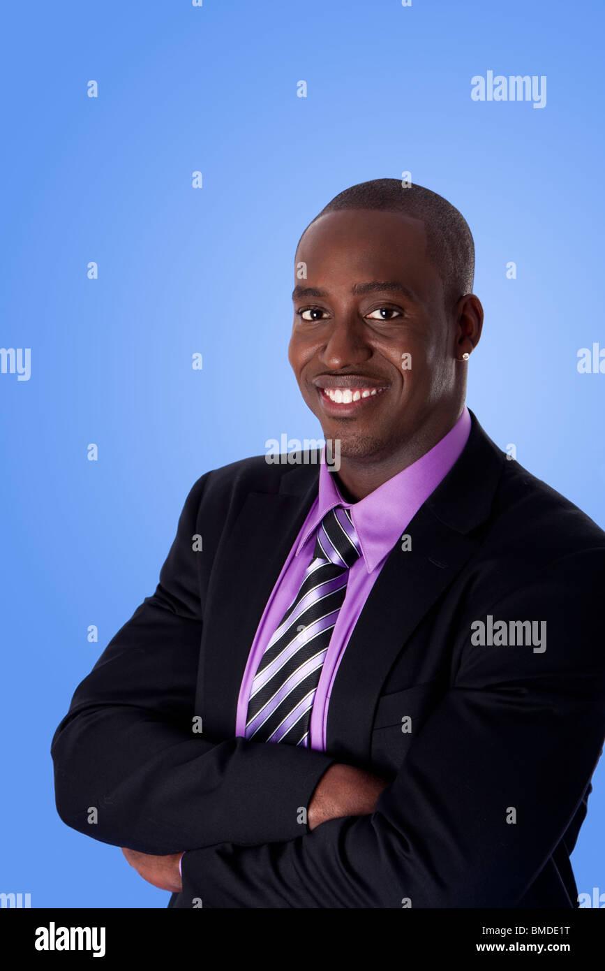 Schwarzer anzug violettes hemd