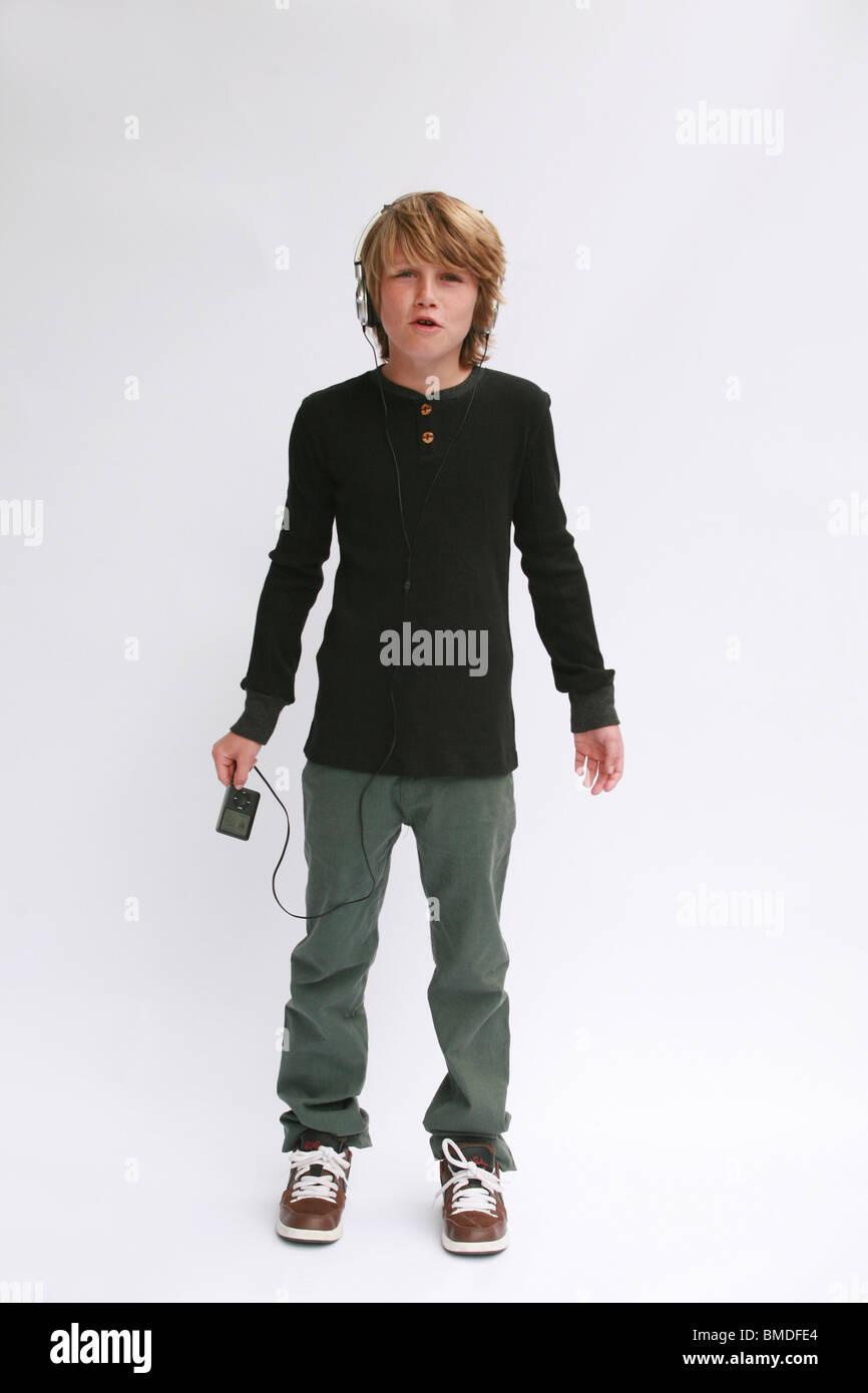 Junge mit Ipod vor weißem Hintergrund Stockbild