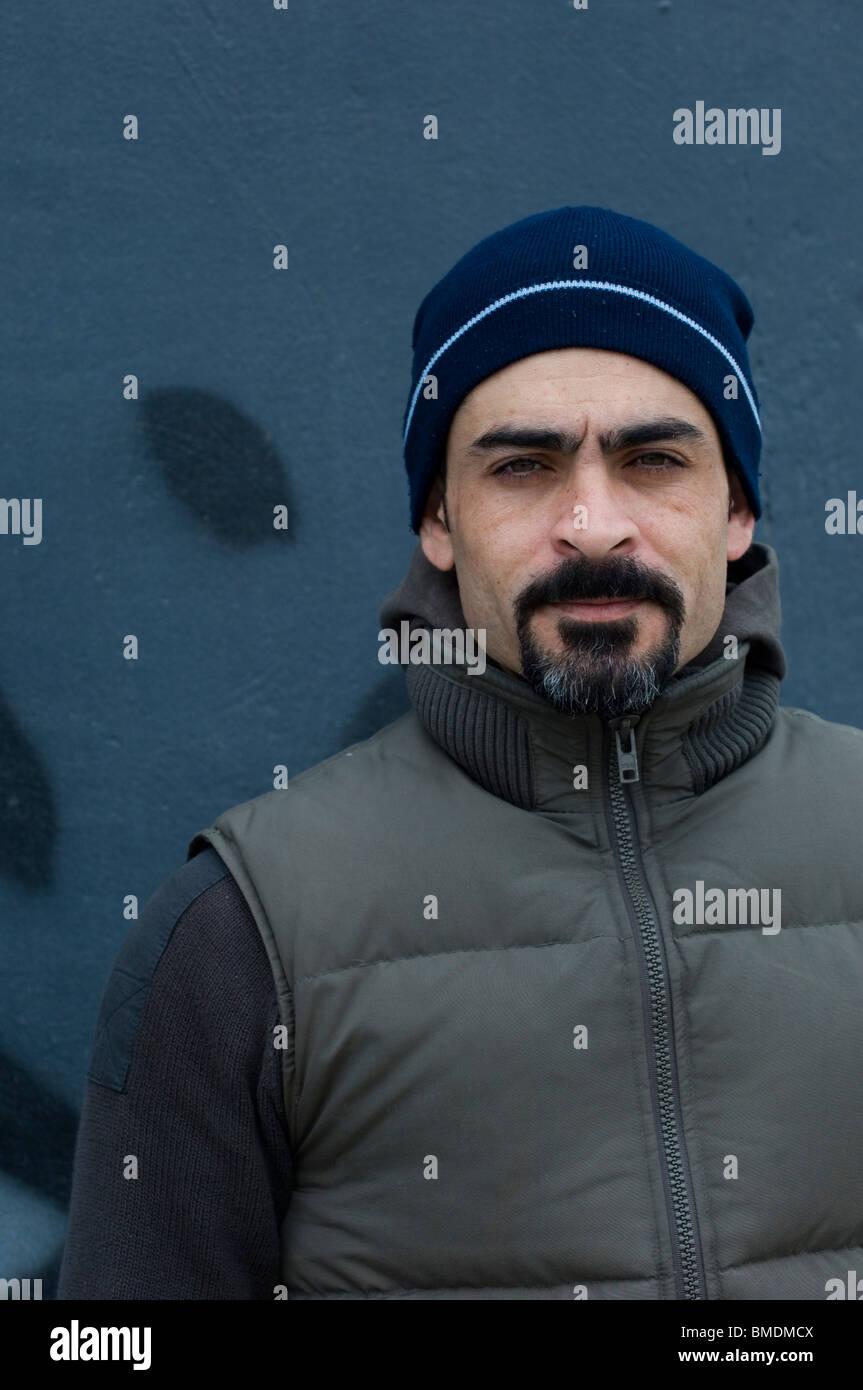 Porträt eines nahen Ostens mit einem Bart, Blick in die Kamera Berlin Deutschland Stockbild