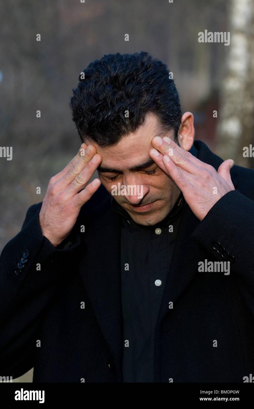 Porträt eines nahen Ostens Mann Kopf in Händen Berlin Deutschland Stockbild