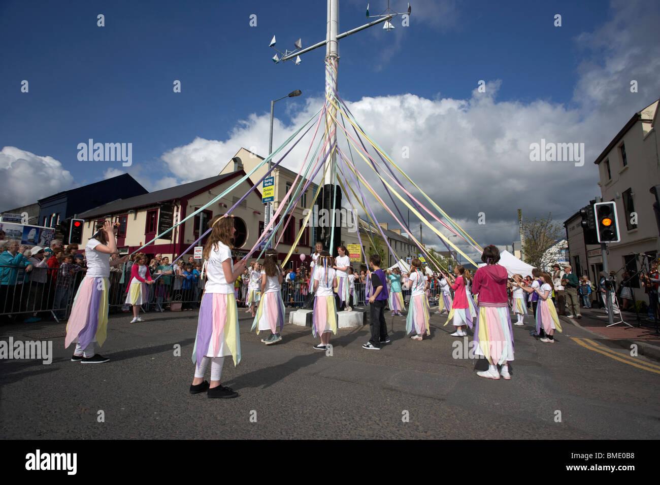 Kinder tanzen um den Maibaum Holywood am Maifeiertag in Holywood Grafschaft unten Nordirland Vereinigtes Königreich Stockbild