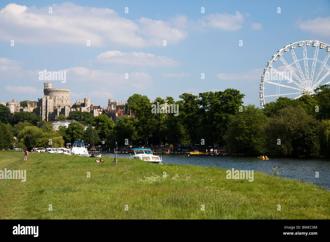 Windsor Castle und das Royal Windsor-Rad aus der Brocas, Eton, Berkshire, England, UK Stockbild